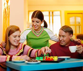 familien-spielt-brettspiel