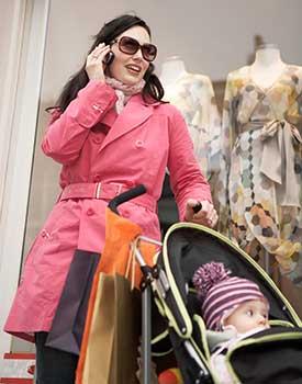 mutter-beim-mode-einkaufen